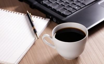 כוס קפה ליד מחשב נייד - אתר משפטי - תמונת כתבה