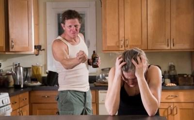 אשה תפוצה בשל אלימות פיזית ומילולית וגירושה בעל כורחה - תמונת כתבה