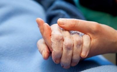 יד אישה צעירה מחזיקה ביד אישה מבוגרת - תמונת כתבה