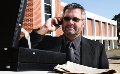 איש עסקים מדבר בטלפון - תמונת כתבה