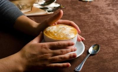 """לא הורשה להיכנס לבית הקפה בשל מוגבלותו, ויפוצה ב-5,000 ש""""ח - תמונת כתבה"""