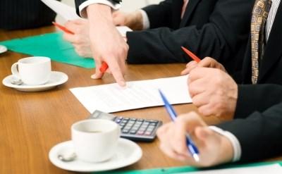 אנשי עסקים בדיון עסקי - תמונת כתבה