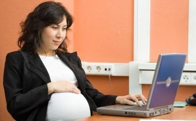 אישה בהריון עובדת על מחשב - תמונת כתבה