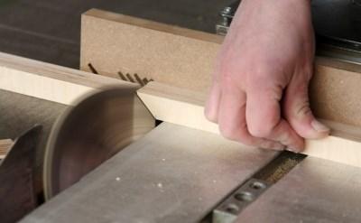 אצבעות העובד נקטעו בשל מכונת הבשר - המעבידים חויבו לפצותו - תמונת כתבה