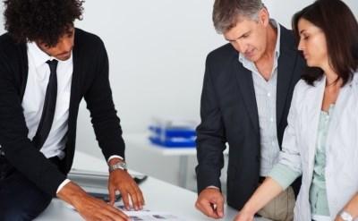 אנשים בפגישת עבודה - תמונת כתבה