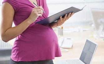 פוטרה משום שהיתה בהריון!