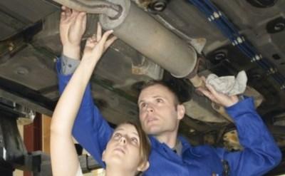 אישה ועובד במוסך בודקים אוטו - תמונת כתבה