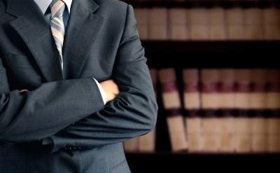 איש עסקים משלב ידיים - תמונת כתבה