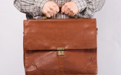 איש מחזיק תיק - תמונת כתבה