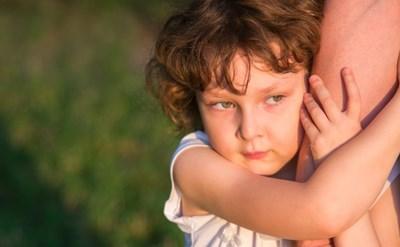 האב עוזב את הבית, והילד מתקשה להפרד ממנו - תמונת כתבה