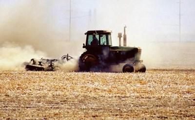 קרקע חקלאית - הטרקטור חורש את התלמים - תמונת כתבה