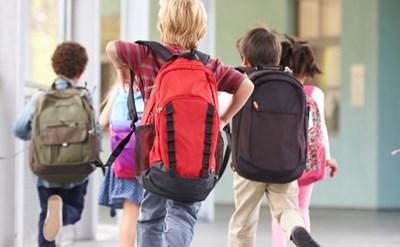 ילדים בבית הספר ממהרים לשיעור - תמונת כתבה