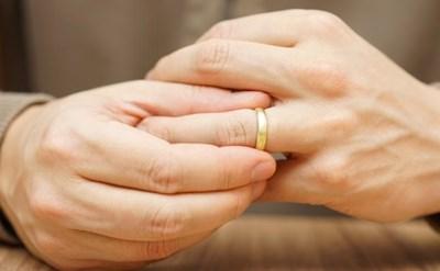 האיש מסיר את הטבעת - צעד לפני הגירושין - תמונת כתבה