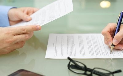 חתימה על חוזה - האם קראתם את האותיות ההקטנות? - תמונת כתבה