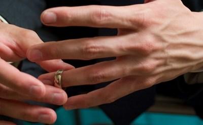 לקראת גירושין - הגבר מוריד את טבעת הנישואין - תמונת כתבה