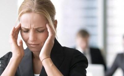 העובדת במצב רוח לא טוב לאחר ההודעה על פיטוריה - תמונת כתבה