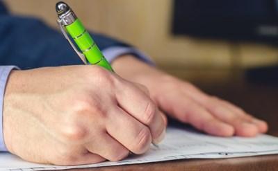 חותמים על חוזה? חשוב לבדוק את כל הסעיפים - תמונת כתבה