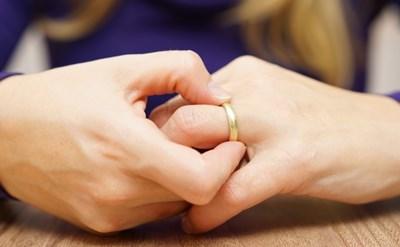האשה מתגרשת ומסירה את הטבעת - תמונת כתבה
