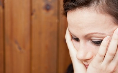 האשה מודאגת - האם חוותה אלימות? - תמונת כתבה