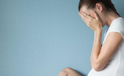 אשה בהריון בוכה - לא בטוח שההריון תקין - תמונת כתבה