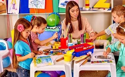גננת במהלך יום עבודה בגן ילדים - תמונת כתבה