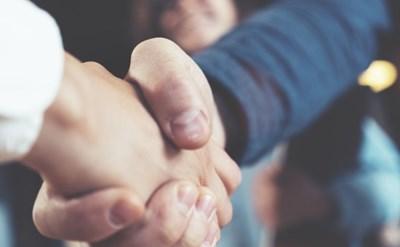 לחיצת ידיים - הסכם השותפות נחתם - תמונת כתבה