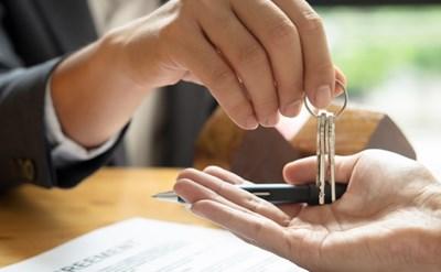 חותמים על הסכם שכירות - תמונת כתבה