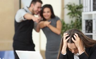 לשון הרע בעבודה - מה הם מרכלים עליה? - תמונת כתבה