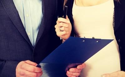 חתימה על חוזה בזמן הריון - תמונת כתבה