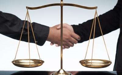 לחיצת ידיים לקראת התביעה - תמונת כתבה
