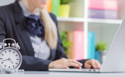 אישה עובדת שעות נוספות - תמונת כתבה