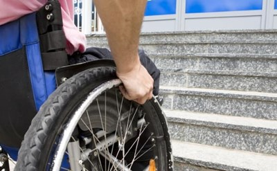 צעיר שנפצע יושב בכסא גלגלים - תמונת כתבה