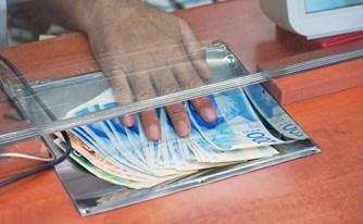 הלקוח חשף מעילה, הבנק ניסה לאלץ אותו לוותר על תביעה