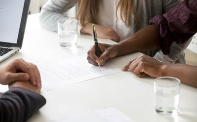 חותמים על הסכם ממון - תמונת כתבה