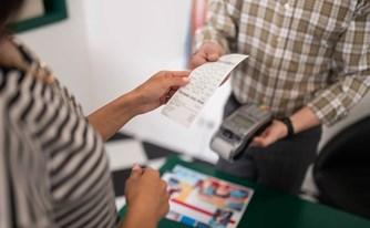 כיצד יכולים עסקים קטנים להגן על עצמם בעת התקשרות עם לקוחות חדשים?