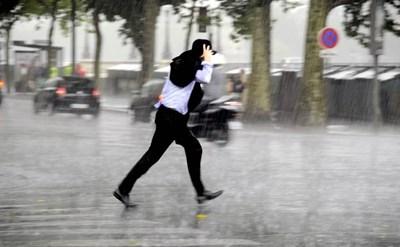 רץ לעבודה בגשם - תמונת כתבה