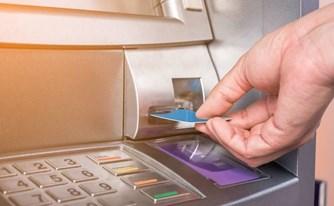 האם בנק הפועלים גובה מלקוחותיו עמלות יתר בניגוד לחוק?