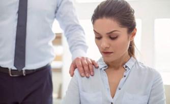 המעסיק לא מפסיק להחמיא לך ולהניח את ידו על רגלך - זו הטרדה מינית או לא?