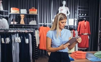 עובדת בחנות אופנה - תמונת כתבה