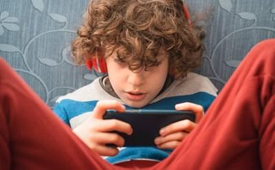 ילד וטלפון נייד - תמונת כתבה