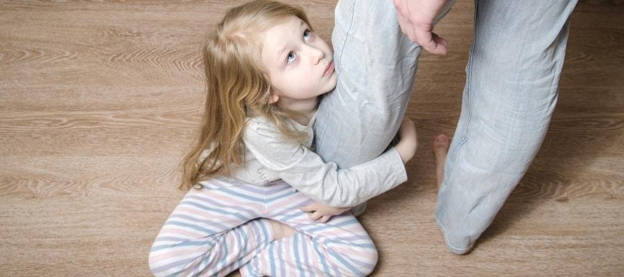 לילדה קשה להפרד מאביה שעוזב את הבית