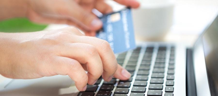 רכישה מקוונת - כרטיס האשראי נכנס לפעולה