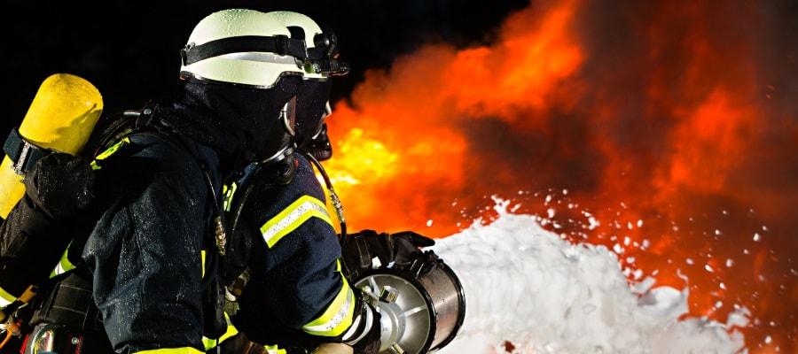 הכבאים מנסים לכבות את השריפה המשתוללת