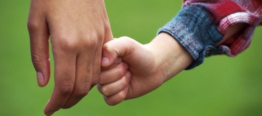 אב ובנו מחזיקים ידיים