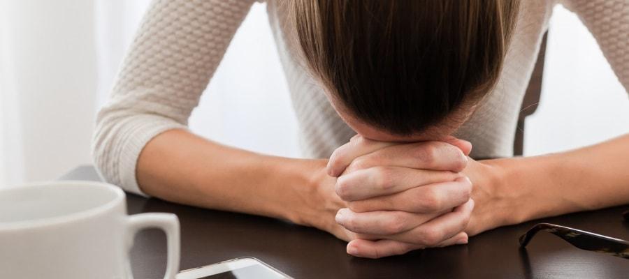 האשה עצובה בעקבות ההודעה על פיטוריה