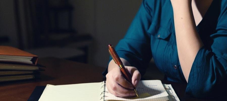 מתמחה כותבת ומכינה רשימות