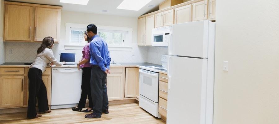 בוחנים את המטבח בבית החדש