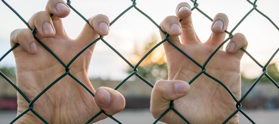 האסיר רוצה לצאת משטח הכלא...