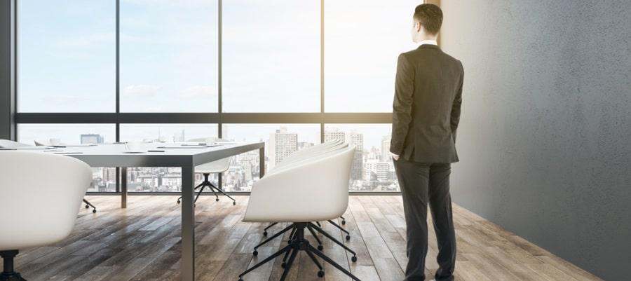 הבוס משקיף על הנוף מהמשרד