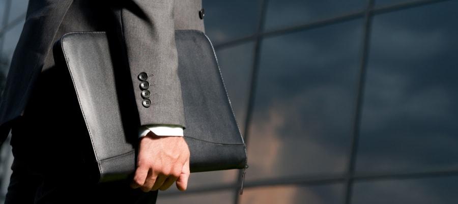 איש עסקים הולך לעבודה